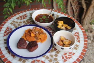 WM2014-Brasilien-Ghana: Gegrillte Straußensteaks mit Süßkartoffel-Ananas Beilage, ghanaischer Grillsauce und frittierten Kochbananen
