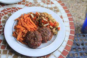 Chili-Rindfleischburger mit Kimchi und Pommes von Süßkartoffeln